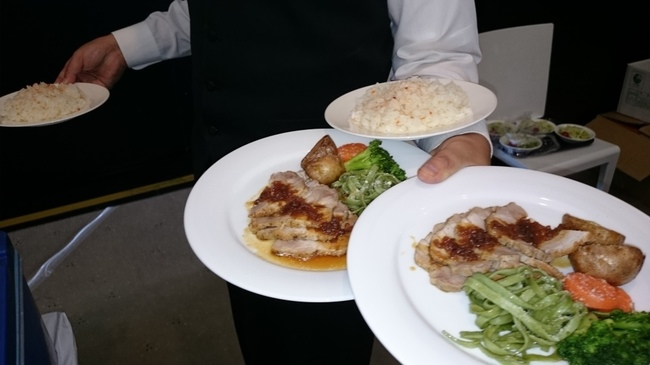 ウェイター レストラン 食事